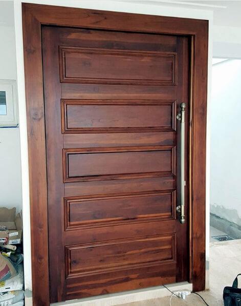 Porta pivotante em madeira teca