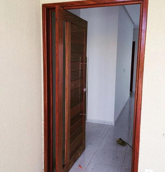 Porta pivotante aberta