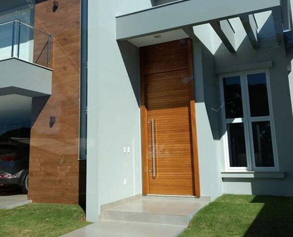 Fachada com porta pivotante
