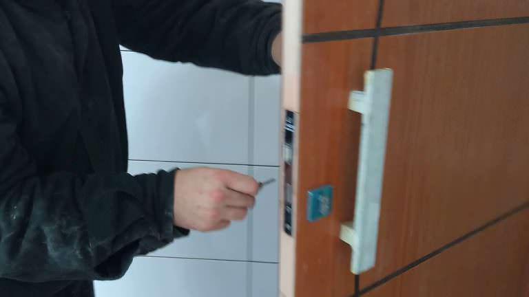 Instalação da fechadura na porta pivotante