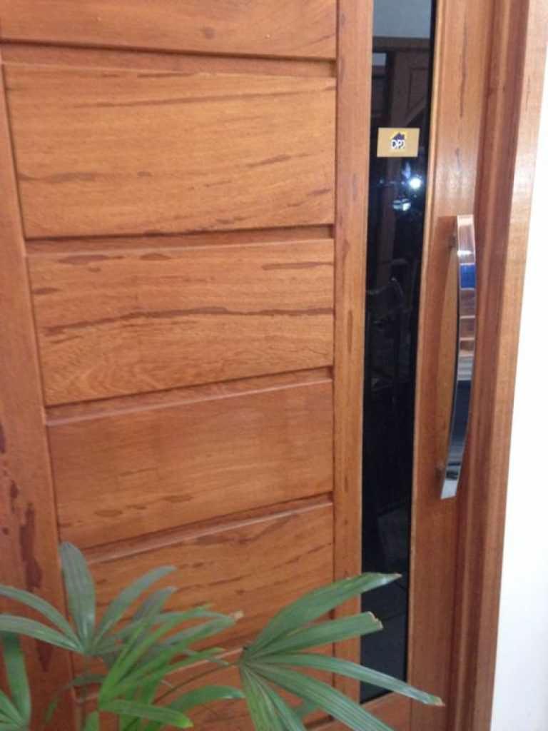 Porta pivotante em madeira Angelim Pedra