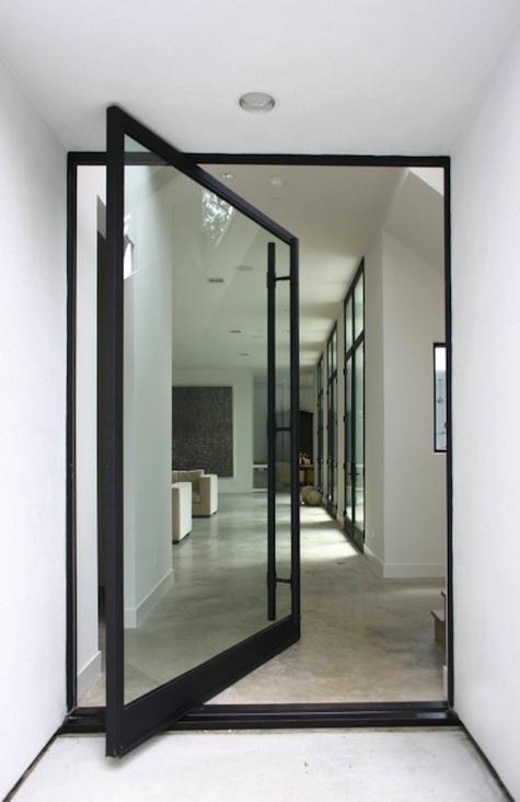 Porta de vidro com abertura pivotante