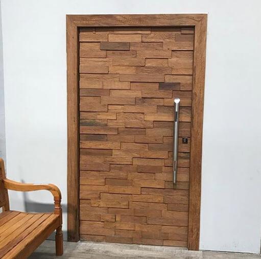 Porta pivotante de madeira mosaico