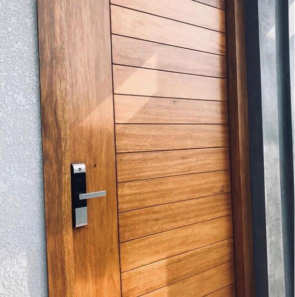 Exemplo de uma porta com fechadura biométrica