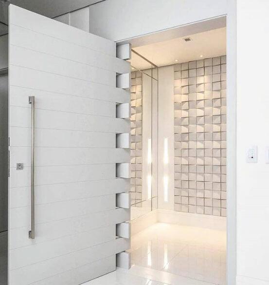 Exemplo de uma porta pivotante branca