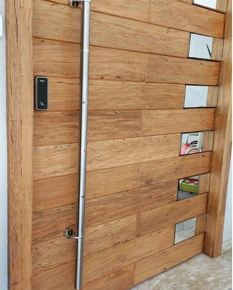Porta pivotante de madeira