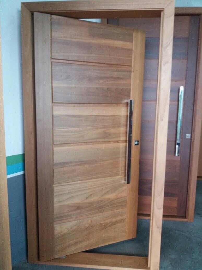 Porta pivotante de madeira já instalada no batente