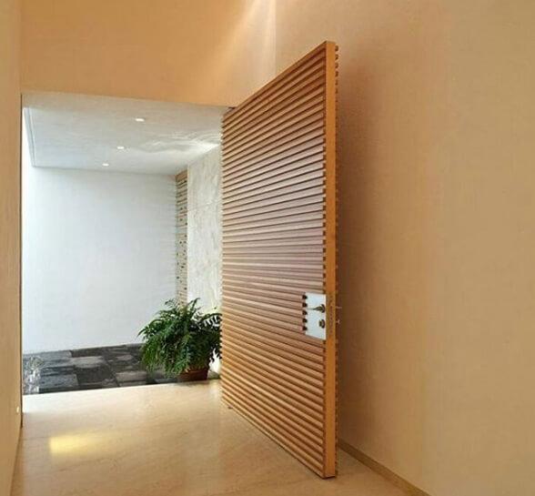 Porta pivotante de madeira maciça estilo brise
