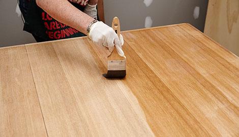Aplicando o verniz na madeira