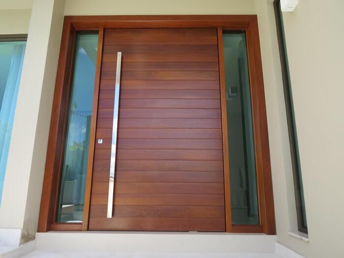 Porta de madeira com duas partes fixas laterais de vidro