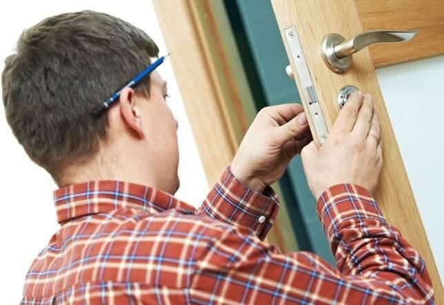Instalando porta de madeira