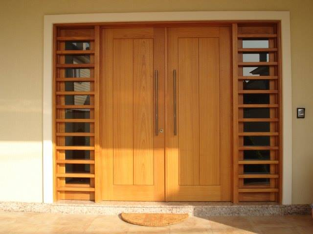 Porta maciça com vidro lateral