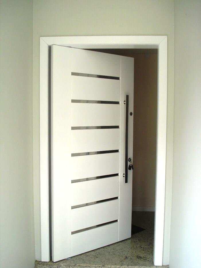 Porta de madeira em laca branca com vidro entre as placas