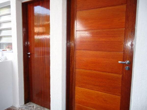 Porta de Madeira envernizada