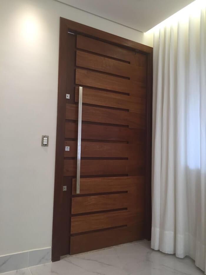 Porta modelo Dubai com abertura pivotante