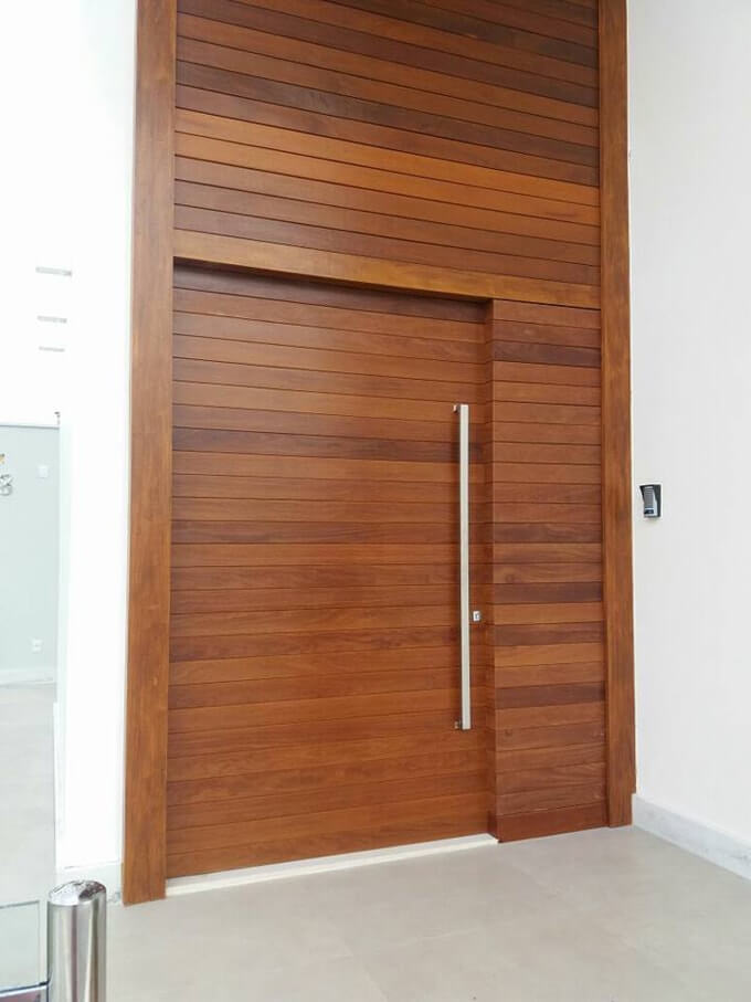 Porta pivotante estruturada com revestimento lateral e painel superior