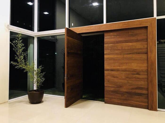 Porta pivotante de madeira com duas folhas