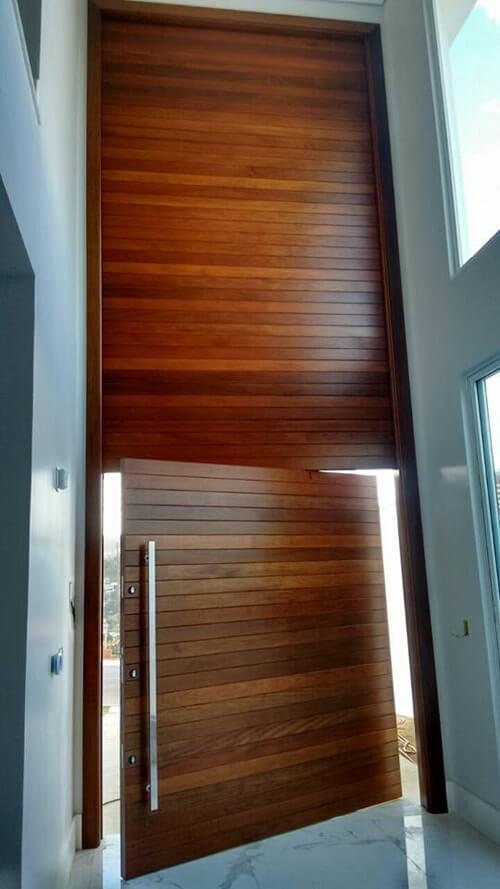 Porta pivotante estruturada com painel superior