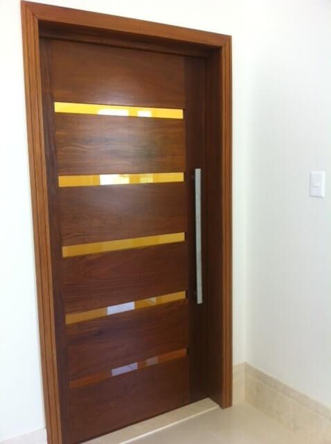 Porta pivotante com vidro e madeira