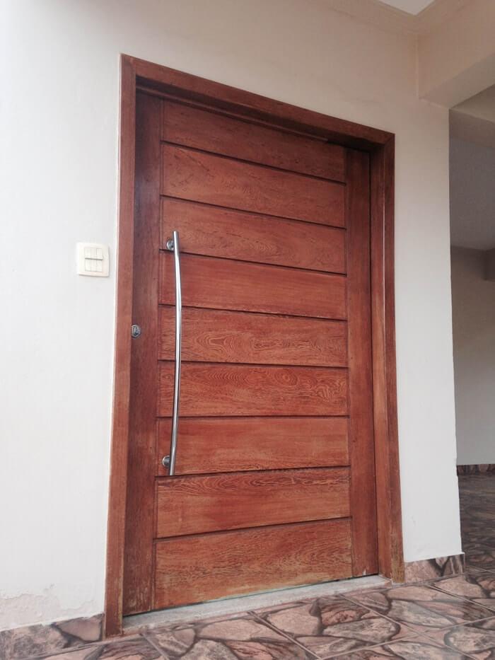 Porta pivotante de madeira Angelim